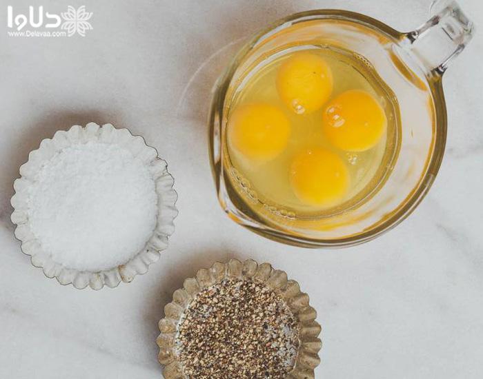 مخلوط کردن شکر و تخم مرغ در پخت کیک