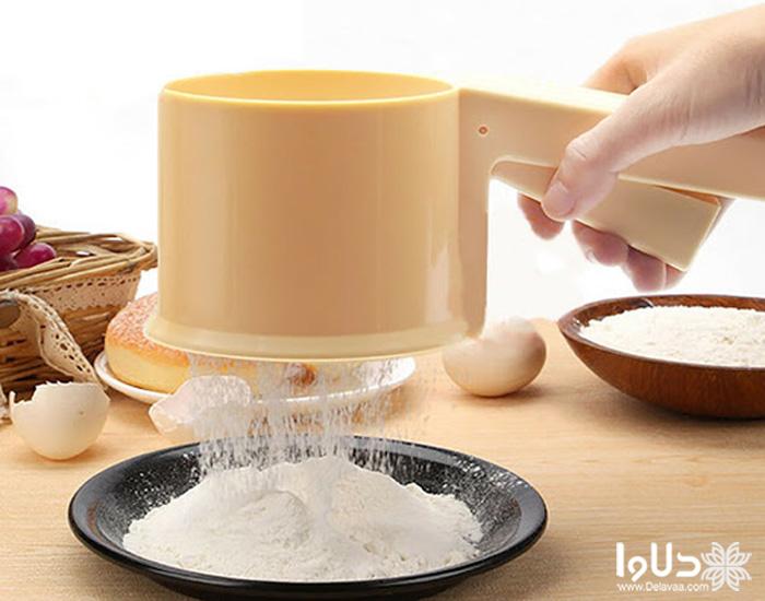 الک کردن آرد در پخت کیک در مایکروویو